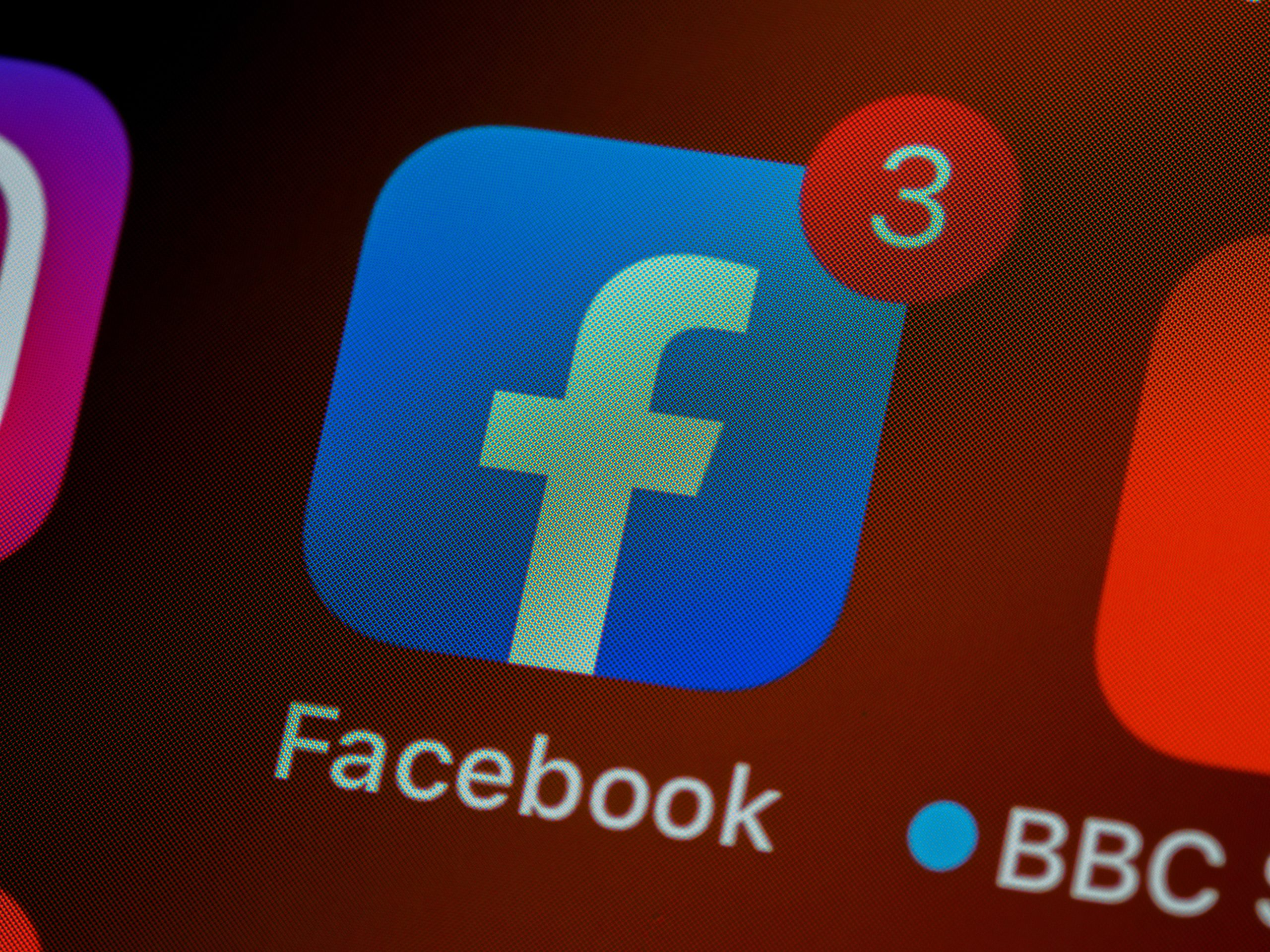 Facebook icon with 3 notifications on a smartphone or tablet. Photo by Brett Jordan on Unsplash